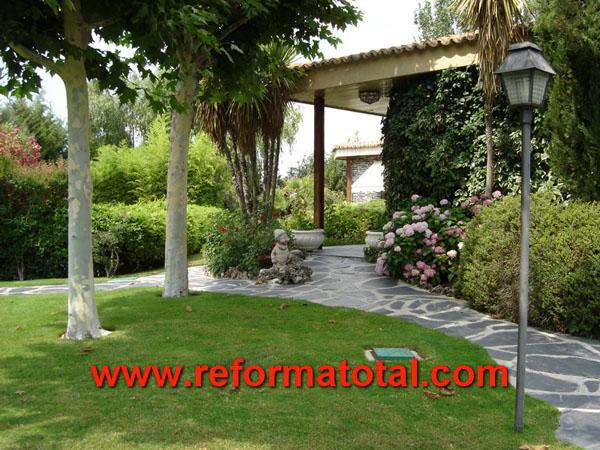 002 004 fotos de mantenimiento jardin im genes de for Jardines de chalets