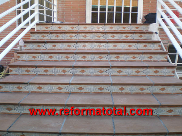 052 10 fotos escaleras para exteriores fotos de reformas for Azulejos para patios exteriores