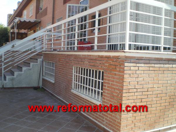 052 11 imagenes cerramientos vallas reformas integrales for Barandilla escalera exterior