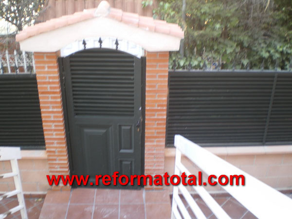 052 12 fotos vallas metalicas reformas integrales en for Puertas metalicas exterior baratas