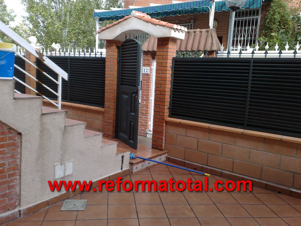 052 12 fotos vallas metalicas reformas integrales en for Puertas metalicas para patio