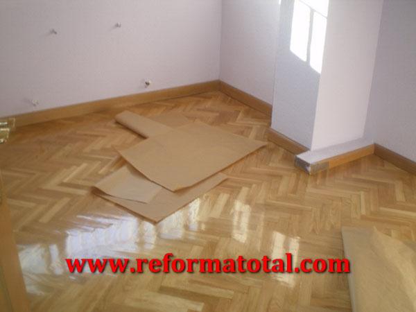 Suelos de madera reforma total en madrid empresa de - Pintura para parquet ...