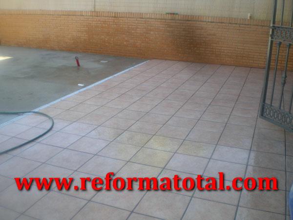 055 09 imagenes pavimento gres patio reforma total en for Ceramica patios fotos